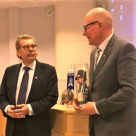 Satakunnan kansallisen senioripiirin puheenjohtaja Pertti Harju luovutti Merikarvian seniorit ry:n puheenjohtajalle Veli-Erkki palkinnon.