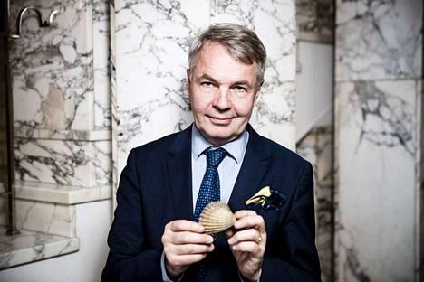 Vihreiden puheenjohtaja Pekka Haavisto otti Lännen Median pyynnöstä haastatteluun mukaan itselleen tärkeän esineen: simpukan kuoren. Se muistuttaa Haavistoa kesäisestä interrail-matkasta.
