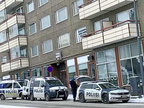 Poliisilla oli menossa näkyvä operaatio Tampereen keskustassa. Muun muassa Rautatienkadulla sijaitsevaan pubiin mentiin sisään.
