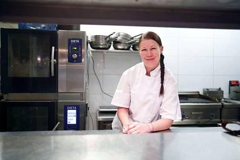 Susanna Rytkönen aloitti ravintola Stellan keittiömestarina vuoden alkupuolella. Hän muutti Pirkanmaalle Kuopiosta. –Olen kotoutunut tänne hyvin. Tosin välillä on vähän kielimuuria ja Petri sanoo, että kun ei ole vielä tuota savoa oppinut, Rytkönen naurahtaa.