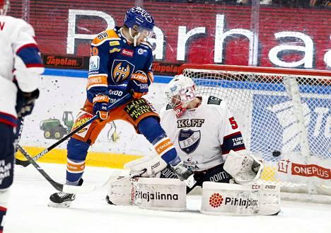 Tapparan Niko Ojamäki ja HIFK:n Atte Engren kohtaavat Hakametsässä.