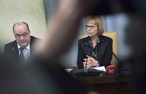 Perustuslakivaliokunnan kokouksessa helmikuussa kuvattuna Tapani Tölli ja Annika Lapintie.