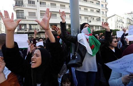 Algerialaiset opiskelijat protestoivat presidentti Bouteflikaa vastaan pääkaupunki Algerissa.