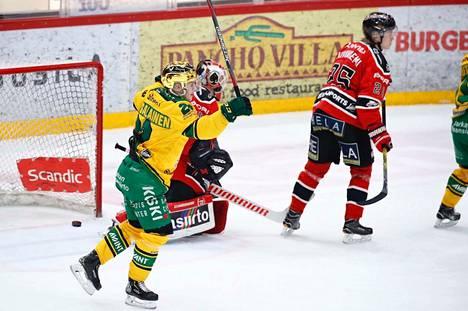 Ilves sai avauserässä kiekon kahdesti Ässien maalilla aloittaneen Radek Haasin taakse. Arttu Ruotsalainen tuulettaa Eemeli Suomen laukomaa 0–2-osumaa. Suomi teki lopulta kolme maalia.
