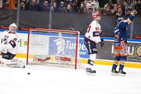 Tapparan Jan-Mikael Järvinen iski maalin edestä ottelun avausosuman. HIFK:n puolustaja Johan Motin ja maalivahti Atte Engren eivät saaneet Järvistä pysäytettyä.
