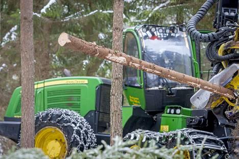 Metsien hyödyntäminen palvelee tietyissä tapauksissa ilmastonmuutoksen torjuntaa. Näin käy, jos puu korvaa ympäristölle haitallisempia tuotteita.