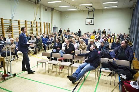 Lännen ja keskustan palvelualueen vastaava rehtori Petri Peltonen kehaisi vanhempien suunnitelmaa Hyhkyn kentän käyttämisestä siirtorakennuksille.