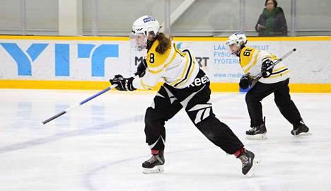 Ilveksen Neea Turunen (8) ja Luna Reunanen (66) sekä muut tupsukorvat kukistivat naisten ykkössarjan puolivälierissä naantalilaisen VG-62:n.