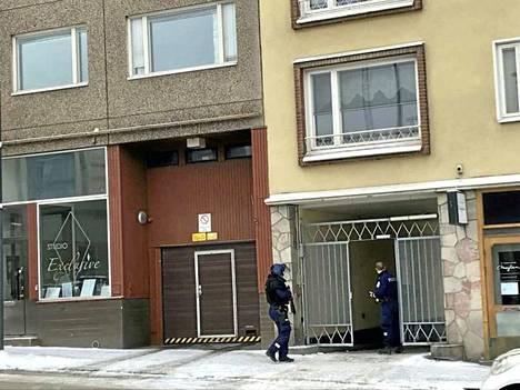Tampereen keskustassa oli tiistaina aamupäivällä näyttävä poliisioperaatio, jossa kaksi miestä otettiin kiinni.