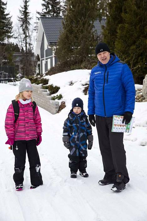 Ekaluokkalainen Viivi Ranttila, lähipäiväkodissa hoidossa oleva Veeti Ranttila ja lasten isä Tuomo Ranttila taittoivat keskiviikkona matkan päiväkodista ja koulusta kotiin kävellen.