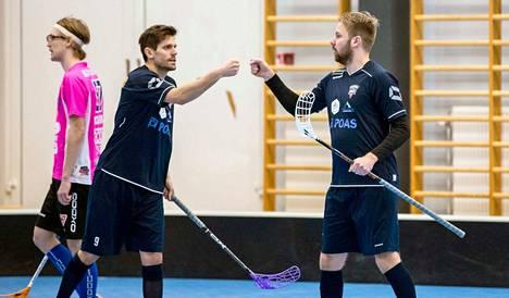 Pirkkain Juuso Mutikainen (oik.) ja Aapo Mutanen juhlivat runkosarjan kotiottelun maalisumaa. Taustalla näkyy Pirkkalan pelureille 3.3. luvuin 3–12 taipuneen Classic Unitedin Valtteri Molkka.