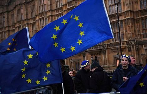 Parlamentin ulkopuolella Lontoossa oli keskiviikkonakin paljon mielenosoittajia liikenteessä.