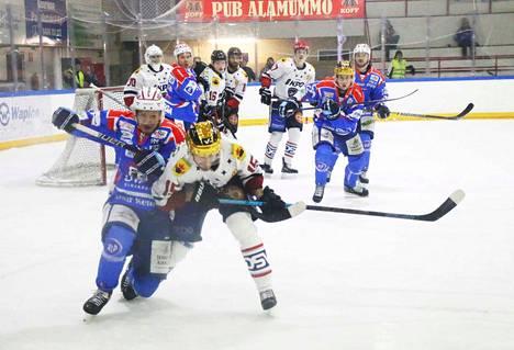 Tiukkaa kamppailupelaamista. Juuso Mörsky ja Samu Markkula taistelevat irtokiekosta Hermeksen puolustusalueella.