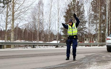 Vanhempi konstaapeli Riku Siren viittoi Koskentien varressa autoilijoita ajamaan tien sivuun, jos kuljettajat olivat jääneet valvonnassa kiinni turvalaitteiden laiminlyönnistä, kännykän käytöstä tai suojatierikkomuksesta.