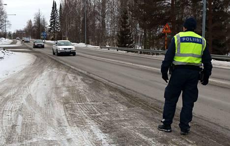 Poliisi valvoo tällä viikolla tehostetusti suojatiesääntöjen noudattamista. Keskiviikkona tehovalvontaa tehtiin Jämsänjoen yhtenäiskoulun välittömässä läheisyydessä.