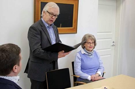 Nokia-Seuran Veijo Hynninen ja Maritta Pahlman esittelevät kaupunginhallituksen puheenjohtaja Jari Haapaniemelle aloitetta, jossa seura toivoo Nokian kaupungin ottavan Nokian historian huomioon tulevia kaavoitus- ja rakennushankkeita suunnitellessaan.