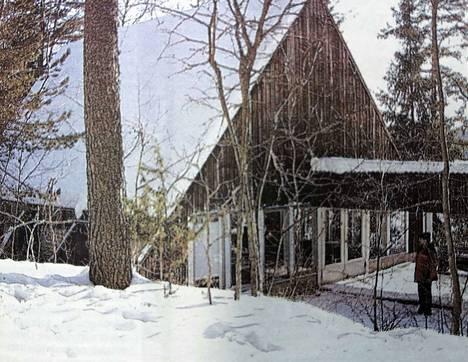 Mikko Laukkonen katselee monen muun tavoin vanhaa leirikirkkoa haikein mielin. Uusi kirkko rakennetaan samalle paikalle, josta vanha puretaan.
