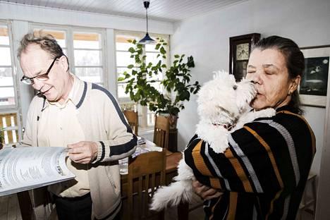 Mirjami Vallin sylissä viihtyy Milou-koira. Vieressä Seppo Kääriäinen. Kaksikko on tyytyväinen elämäänsä Luopioisissa itäisellä Pirkanmaalla.