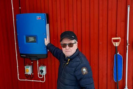 Sastamalalainen Seppo Lehtinen on tyytyväinen aurinkopaneelien ja niihin liittyvän tekniikan toimivuuteen. Ohjaustaulu on kiinteistön ulkoseinässä, jotta sähköyhtiön asentajat pääsevät tarvittaessa katkaisemaan sähkön verkossa tehtävien sähkötöiden ajaksi.