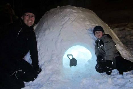 Tästä sinne mennään – tai pikemmin mentiin, sillä tammikuussa tehty iglu on sittemmin ehtinyt sulaa pois. Karkkulainen Jan Vidfelt (vas.) nukkui iglussa yhden yön lastensa kanssa tänä talvena. Emil Vidfelt, 10, nukkui iglussa aamuun asti.