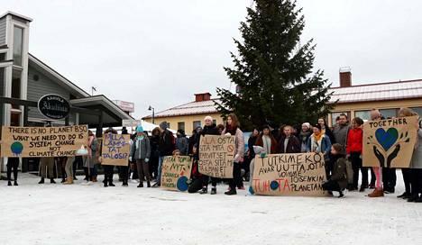Lukiolaiset osoittivat mieltä ilmastonmuutoksen vuoksi marraskuun lopussa.