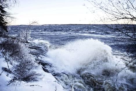 Näin upeita jääveistoksia Aapeli-myrsky muovasi Näsijärven rantaan Tampereella. Myrksy kuitenkin vaikeutti monen ihmisen elämää tammikuun alussa Pirkanmaalla.