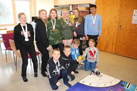 Legorobotti-kerhossa oppilaat ovat oivaltaneet, miten ongelmia ratkaistaan tiiminä. 3.–6.-luokkalaisten joukkue saikin SM-pokaalinsa yhteistyötaidoillaan.