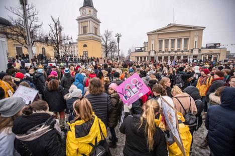 Perjantaina 15. maaliskuuta järjestetyn ilmastolakon mielenosoituskulkue lähti Tampereella Sorin aukiolta ja pysähtyi Keskustorille.