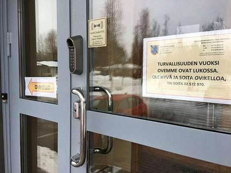 Jämijärven kunnantaloon pääsee asioimaan vain ovikelloa soittamalla.