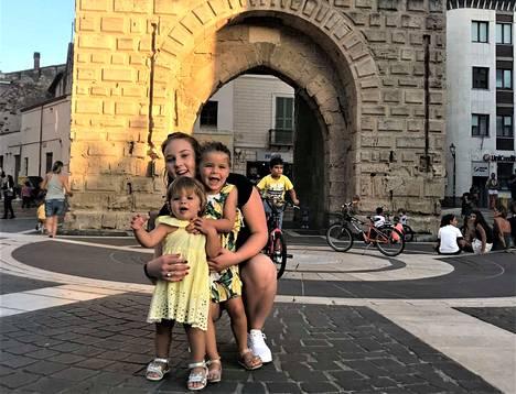 Nora ja Adele olivat Emilia Marjamäen hyvässä hoidossa Sardiniassa.