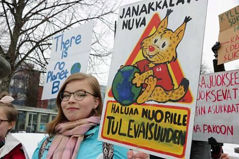Janakkalan nuorisovaltuuston puheenjohtaja Siiri Vainikka puhui ilmastolakossa nuorille ja innosti porukkaa huutoihin.