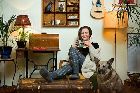 """Nana Simola on haalinut huonekalunsa ja sisustusesineensä sieltä sun täältä. """"Koirakin on roskalavalta"""", Simola naurahtaa romanialaiseen Feetuun viitaten."""
