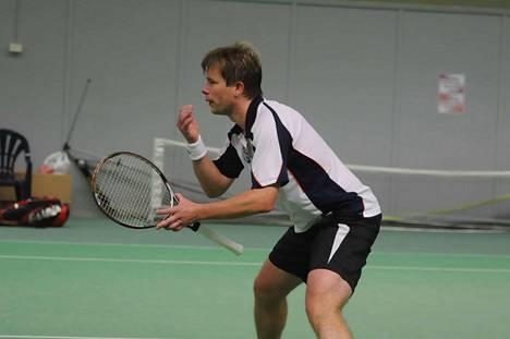 Tuomas Männistö johdattelee joukkonsa tenniksen liigakarsintoihin.