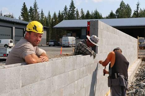 Esakon Oy:n yrittäjä Esa Lähteenmäki rakennuttaa Postille uudet jakelutilat Huittisiin. Noin 3000 neliön hallin rakentaminen alkoi viime kesänä. Posti vuokraa tiloista kolmanneksen.