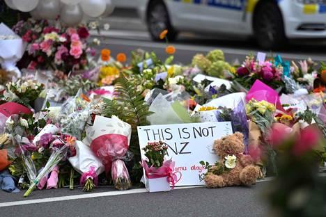 Perjantaina sattuneissa moskeijaiskuissa kuoli ainakin 49 ihmistä ja lukuisia loukkaantui. Suurin osa iskusta kohdistui Al Noorin moskeijaan Christchurchissa, jossa menehtyi lauantaiaamun tiedon mukaan yli 40 ihmistä.