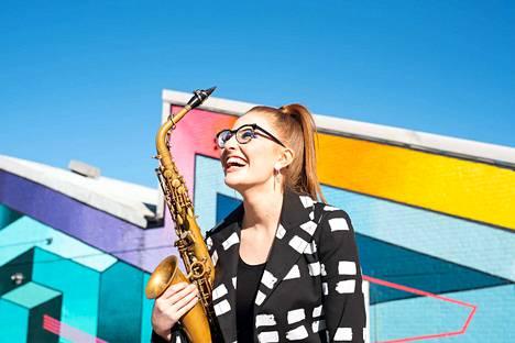 Saksofonisti Jess Gillam debytoi Tampereella menestyksellä kahden teoksen solistina.