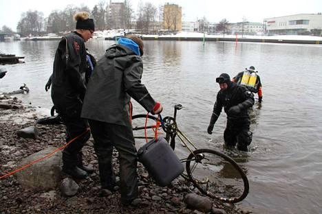 Sukeltaja saatteli tämänkin polkupyörän kuivalle maalle, jossa sen vastaanottivat Merja Huotarinen ja Peter Gorschelnik.