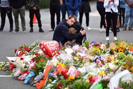 Christchurchin asukkaat toivat kukkia ja lohduttivat toisiaan iskun kohteena olleen Al Noor -moskeijan lähellä.