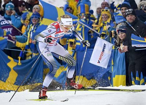 Stina Nilsson juhli sprinttikisassa kotiyleisön edessä.