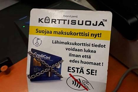 """Lähimaksun yläraja nousee 25 eurosta 50 euroon, mutta onko lähimaksaminen turvallista? Lähimaksukorttien suojakuorten mainoksessa väitetään esimerkiksi, että """"lähimaksukorttisi tiedot voidaan lukea ilman, että edes huomaat""""."""