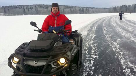 Tuukka Tuominen on kiertänyt Tohlopin luistelurataa enemmän mönkijällä kuin luistimilla. Hän lupaa jatkaa auraamista taas ensi talvena.