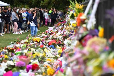 Christchurchissa ihmiset ovat tuoneet kukkia ja viestejä terrori-iskun uhreille.