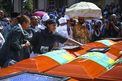 Etiopian lento-onnettomuudessa 10. maaliskuuta kuolleen uhrin omainen osallistui sunnuntaina Addis Abebassa järjestettyyn hautajaistilaisuuteen, jossa kunnioitettiin 157 kuolonuhrin muistoa.