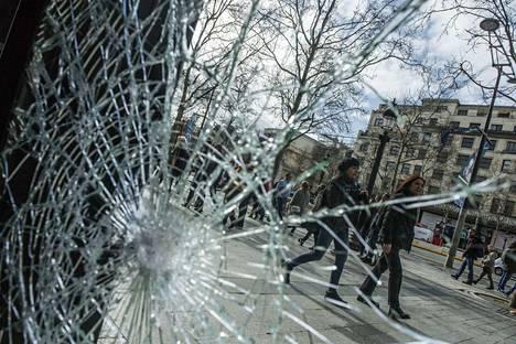 Rikotut liikkeiden ikkunat olivat tavallinen näky sunnuntaina Pariisissa keltaliiviprotestin jälkeen.