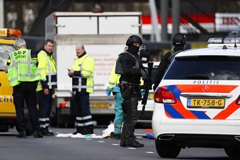 Useita ihmisiä on loukkaantunut ja ainakin yksi kuollut Hollannin Utrechtissä, jossa ampuja avasi tulen raitiovaunussa.