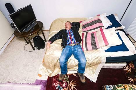 Antti Yrjösen kuva kansanedustaja Teuvo Hakkaraisesta voitti uutiskuvasarjan. Hakkarainen makoilee niin kutsutun sauna-asuntonsa sängyllä Helsingissä syyskuussa.