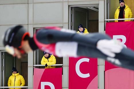 Vuoden urheilukuvan otti Rio Gandara. Tuomarit katsovat italialaisen Raffaele Buzzin suoritusta yhdistetyn mäkikilpailussa Pyeongchangin 2018 talviolympialaisissa.
