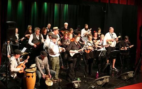 Ukuleleorkesteri keikkailee ympäri Suomea ja välillä ulkomaillakin, mutta pääsääntöisesti Tampereen seudulla. Keuruun esiintyminen olikin yhtyeelle mukava poikkeus.