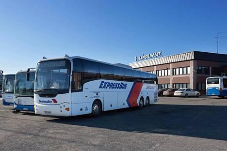 Linja-autoliikenteen pääliikennöitsijä reittiliikenteessä on Länsilinjat oy, joka on luvannut ottaa käyttöön kaikki pysäkit Kyröskosken ja Hämeenkyrön kirkonkylän välisellä osuudella. Länsilinjojen varikko sijaitsee Tampereen Sarankulmassa.