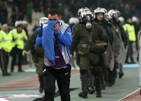 Väki poistui stadionilta ja yritti suojatua kyynelkaasun vaikutuksilta.
